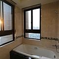 遠雄的二代宅,主臥的浴室最貼心,浴缸面朝窗外,附近沒有其他更高建築物,洗澡不怕洩春光,還能看夜景-中和左岸/中和建案-玫瑰園