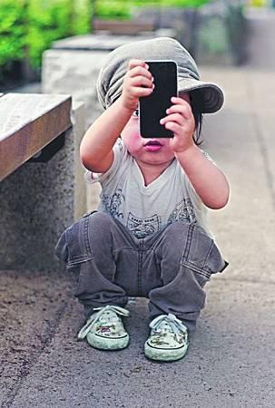 兒童玩手機