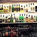 各式酒品滿滿一面牆