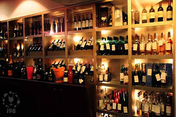 滿滿的酒櫃收藏高達230種各式香檳