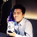 老闆太田隼人抱著推薦名酒丹頂鶴純米吟釀
