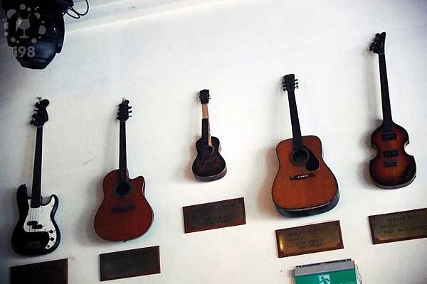 老闆遠從倫敦帶來的珍貴音樂收藏,很多都是知名音樂人使用過的...