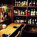 滿櫃都是熟客寄存的酒