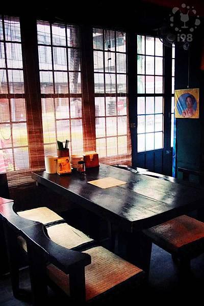 光透過竹簾照在木質桌面