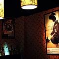 燈光映照牆上古典的日式畫報
