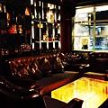 雅致的水晶吊燈映著金色的桌面