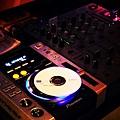 週末現場DJ精心播放音樂