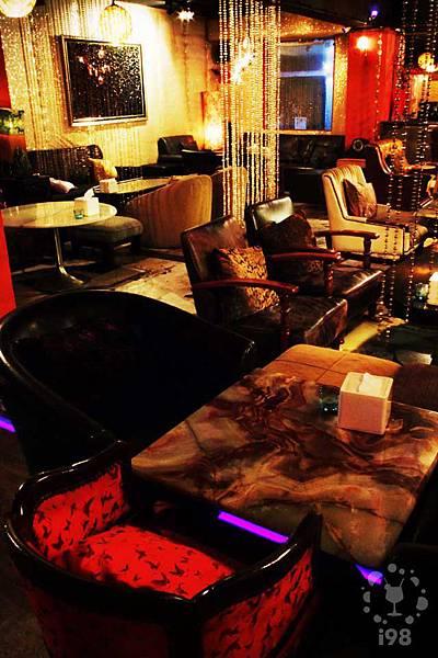 奢華的紅沙發與閃著金光的珠簾