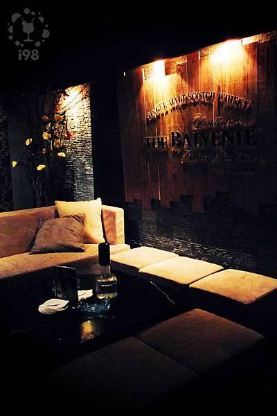 柔和的燈光映在沙發上