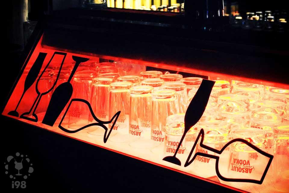 吧台玻璃下映照著各種酒杯