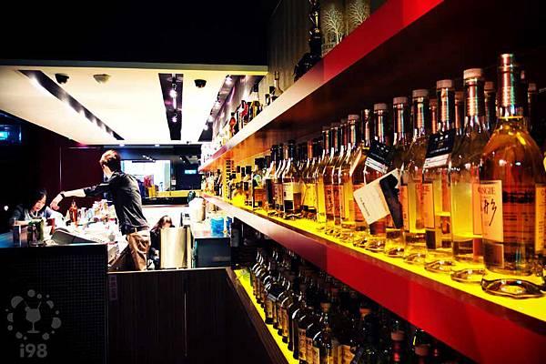一樓的長型吧台,架上滿是名酒