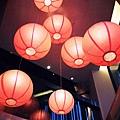 錯落的紅燈籠,增添空間的美感