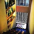 樓梯轉角的空間陳列各式名酒