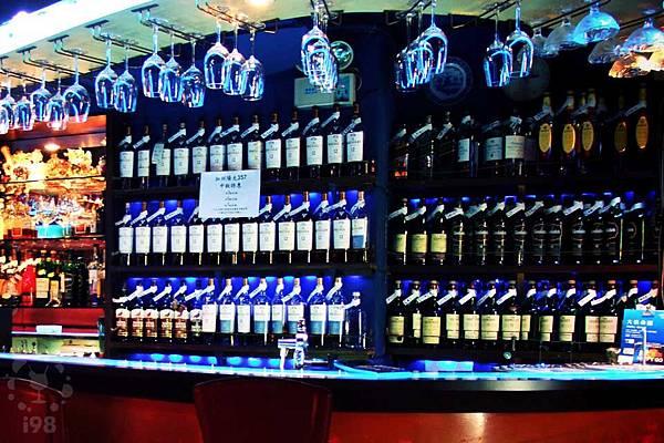 排滿各式名酒的豪華吧台