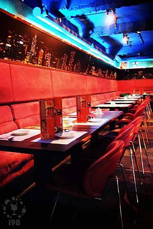晚間九點後,就從餐廳變成現場演唱的鋼琴酒吧