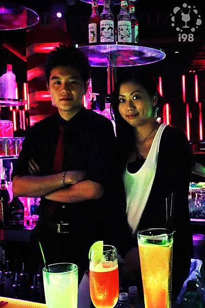 帥酒保黃凱和美麗的副店長Angel