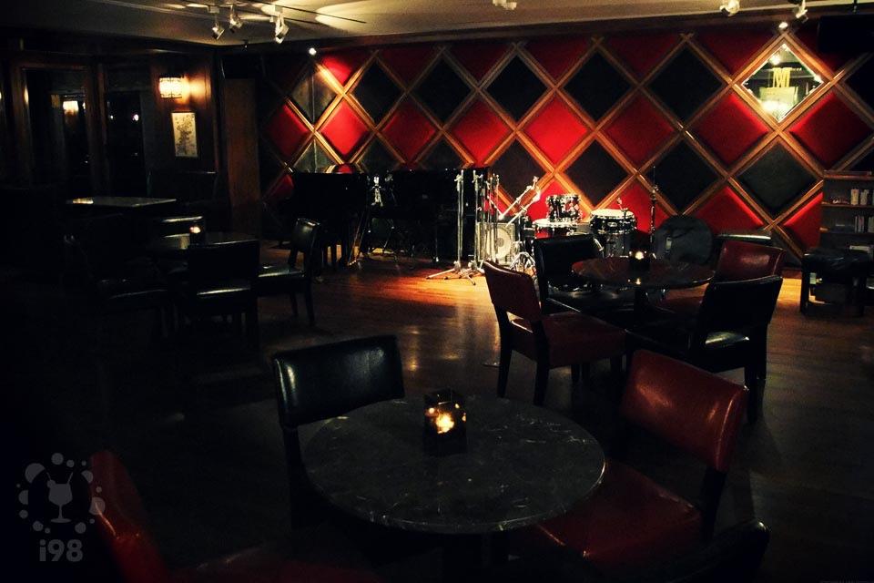 超棒的爵士鼓,一流的演奏鋼琴,絕佳的音響,是最棒的爵士小演奏場地