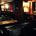 溫暖的燈光,木質家具,皮質沙發,就像道地的英式酒館