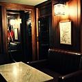 大理石桌面,橡木色的牆面設計,呈現洗鍊典雅的風格