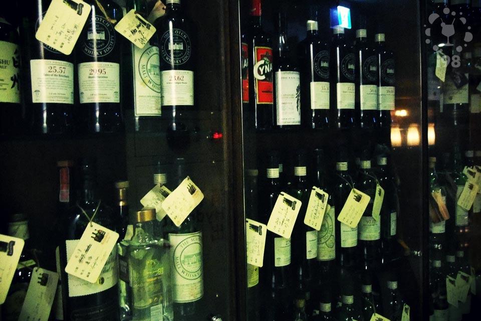 架上滿是不同年份,產地殊異的各種酒款,好像Whisky大觀園