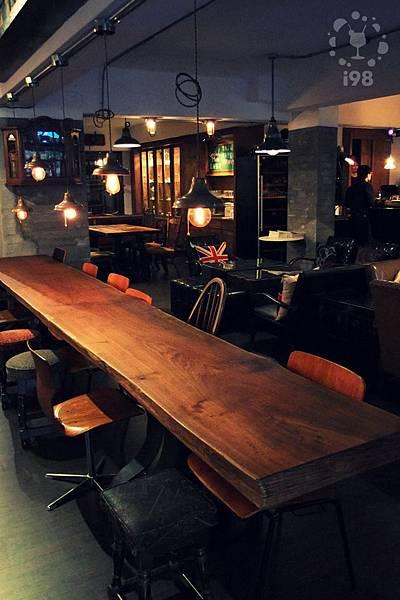 素樸的木質桌椅