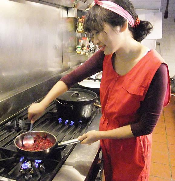 細心攪拌蔓越莓醬的Amy