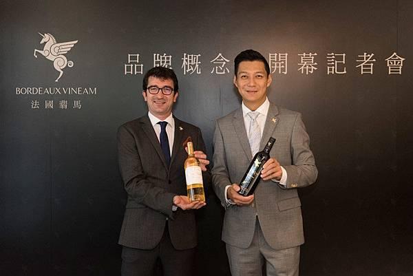 左起法國翡馬酒莊集團總經理Jean-Baptiste-Soula、聶雲,雙方持贈酒合照.jpg