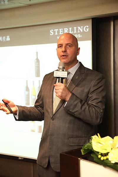 BV & Sterling 上市發表會 05_富邑集團品牌大使大衛‧修梅克(David-Shoemaker)帶領現場嘉賓,品飲美麗莊園與史達琳酒莊的經典酒款。.jpg