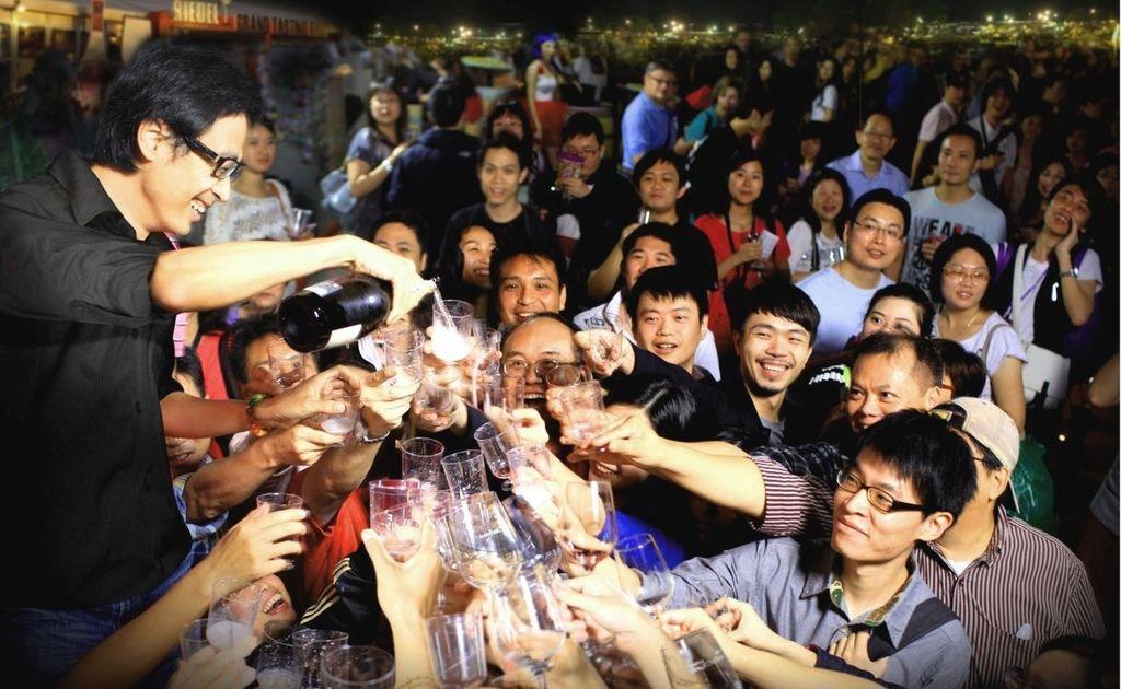 「香港美酒佳餚巡禮」逾400個美酒及美食攤位參加,是全球最矚目的餐飲盛事之一