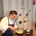 Chef Kai與他創作的香料奶油.JPG01.jpg