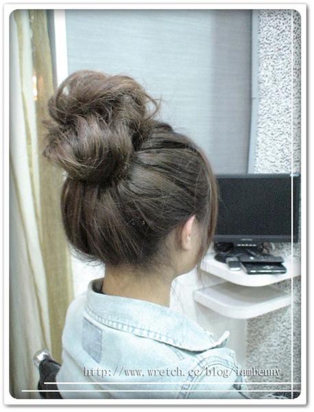 2009-2010秋冬流行髮型~尚洋Benny教大家如何 DIY簡易編髮系列-超夯包子頭篇3