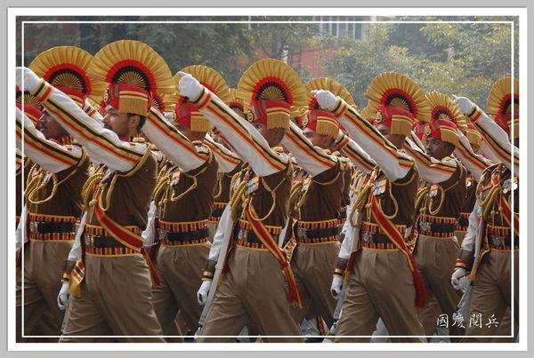 國慶高舉的士兵.jpg