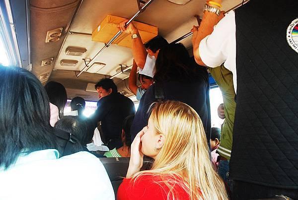 好擠的公車.JPG