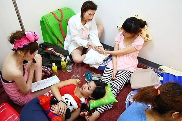 休息室好像女生宿舍呀XD可藍在幫我做好舒服的按摩