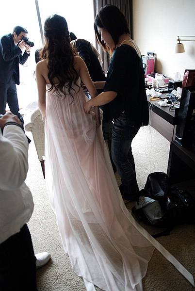 我的淡粉紅訂婚禮服,盈喬要幫我綁身後長長的蝴蝶結