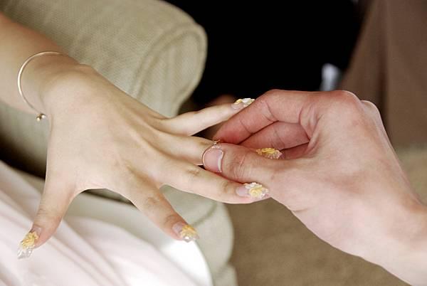女生記住哦!戒指不可以給男生套到底