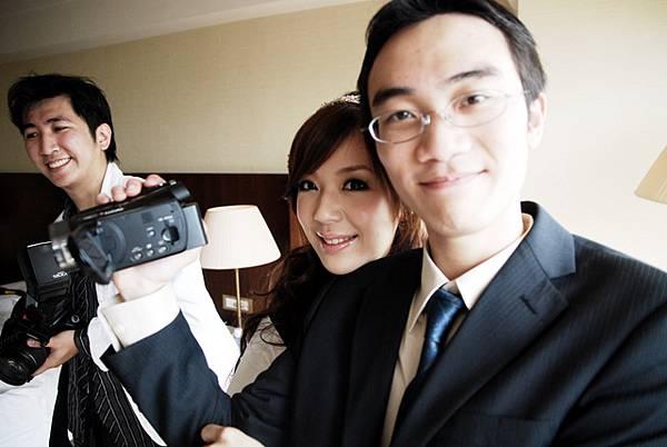 小奕整天拿handycam跟相機超重,辛苦了>O&l...