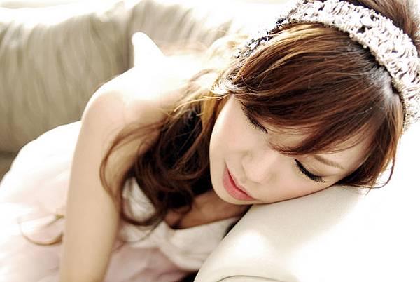 吃飽倒在沙發上很容易睡著...