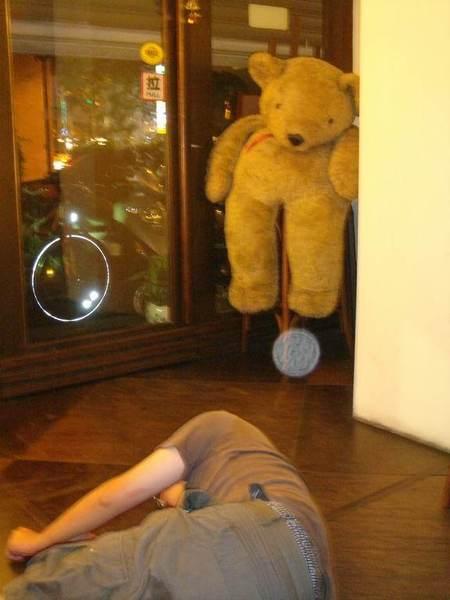 門口的熊熊  看著地上的LP,作為這次聚會ending~