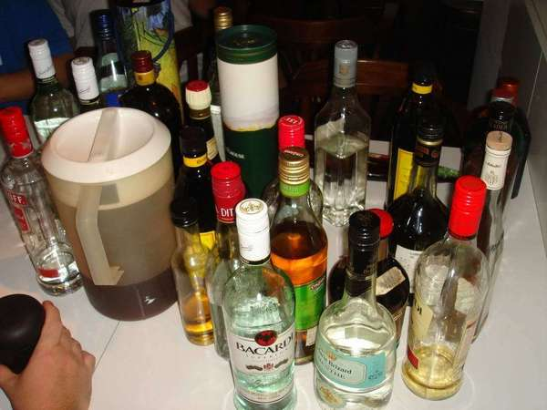 抑或是看到這麼多酒  嚇到躲在一旁?