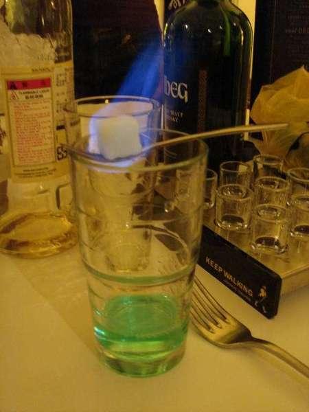 在湯匙上的方糖  淋上Absinth