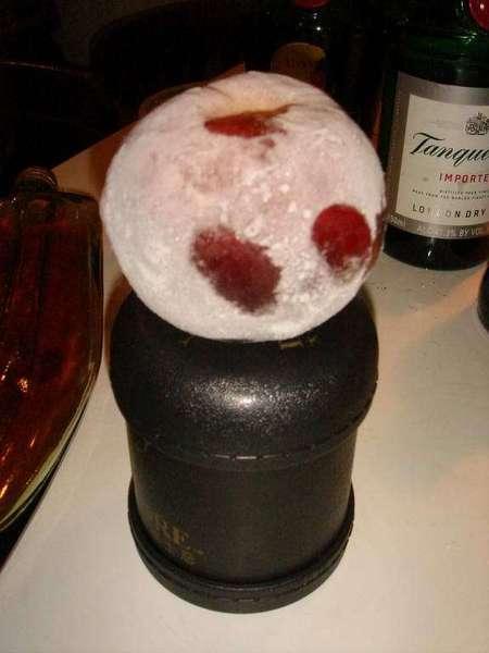 有血手印的feel  其實這是冷凍後的水蜜桃