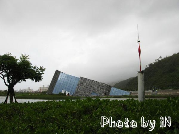 烏石港遊客中心_對岸蘭陽某某中心.JPG