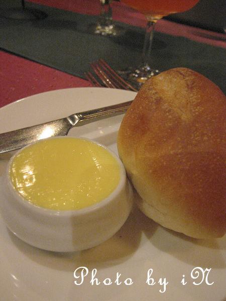 爸爸都知道之沾美西餐廳_超好吃的奶油與餐包.JPG