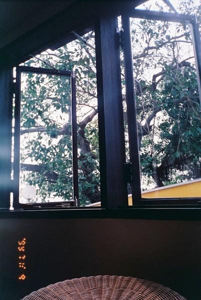 輕風吹進窗櫺,窺見了相愛的戀人。