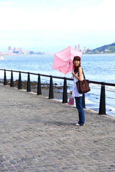 【傘在風裡開花】
