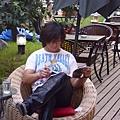 坐下來看看雜誌,休息一下吧!!