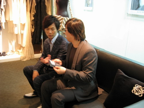 兩個人正在討論關於精選集的大小事