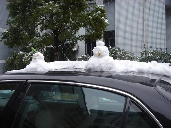 車上的小雪人