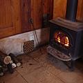 坐在溫暖的暖爐旁